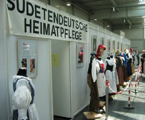 Sudetendeutsche Heimatpflege, Trachtenstand in Messehalle 5