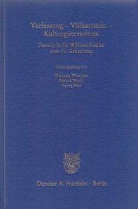 Silbergeprägtes Leinen umspielt über 1000 Seiten großer Verfassungskunst